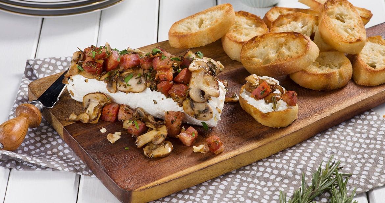 Bûche de fromage de chèvre aux champignons et à la pancetta