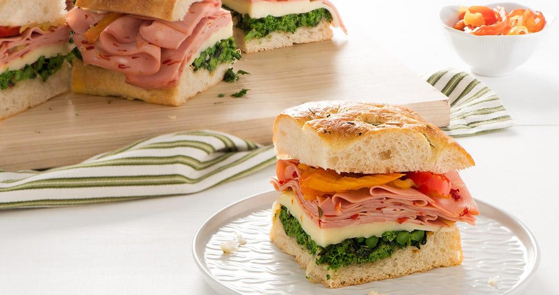 Sandwiches épicés à la mortadelle et au rapinisur focaccia