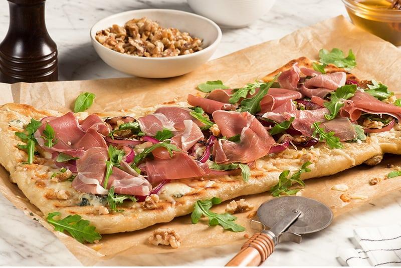 10. Pain plat avec oignons grillés et prosciutto San Daniele<sup>MD</sup>